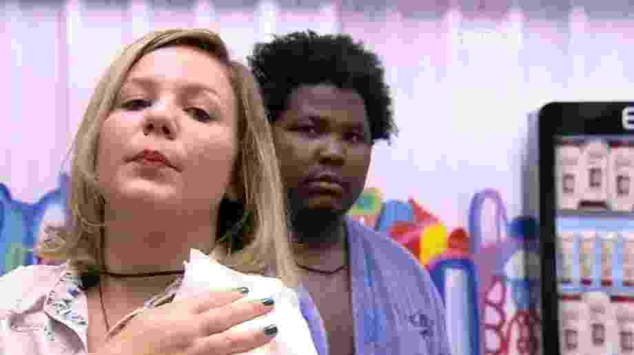 """15.mar.2016 - Cacau e Ronan conversam sobre a formação do último paredão triplo do """"BBB16"""" - Reprodução/TV Globo"""