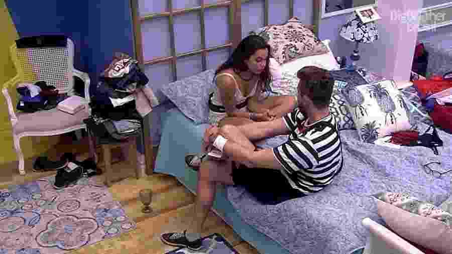Marcos e Emilly têm DR no quarto azul - Reprodução/TV Globo