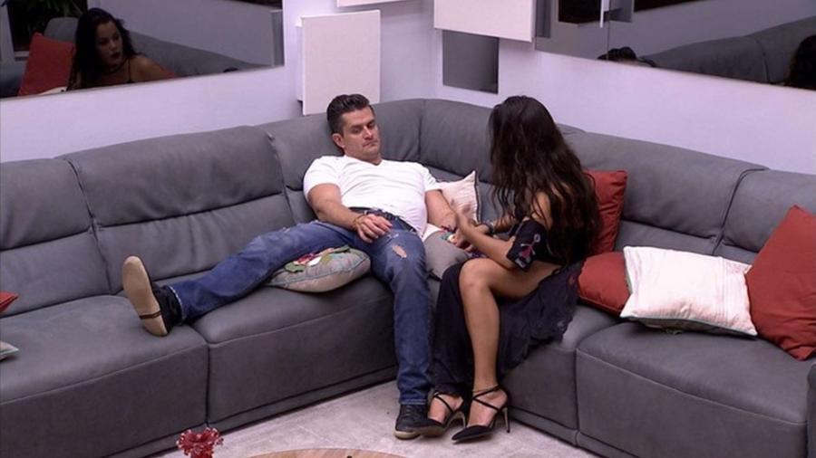 Marcos e Emilly conversam após a eliminação de Roberta - reprodução/TV Globo