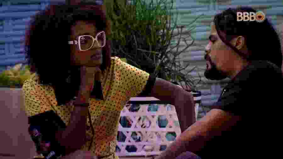 Viegas e Nayara conversam na área externa da casa - Reprodução/GloboPlay