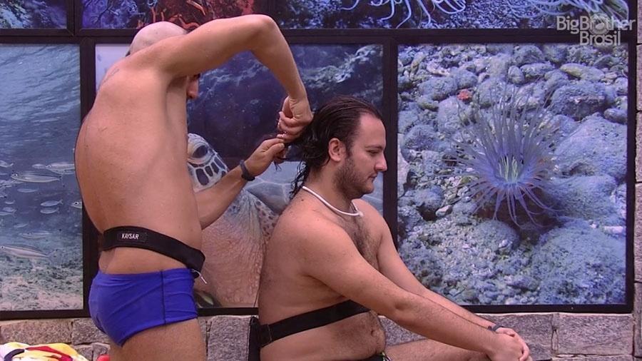Kaysar corta os cabelos de Diego - Reprodução/GloboPlay