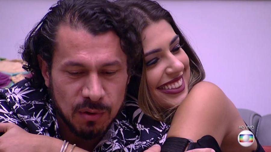 Vivian abraça Rômulo após receber o anjo da semana - Reprodução/TV Globo