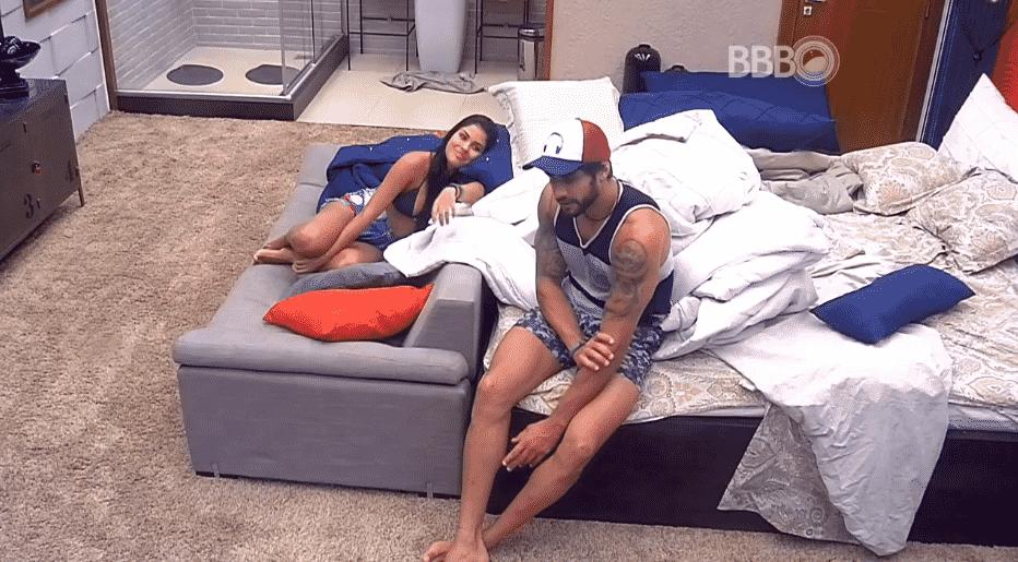 """4.mar.2016 - No """"BBB16"""", Renan conversa com Munik no quarto do líder. """"Gosto muito de você"""", disse o modelo - Reprodução/TV Globo"""