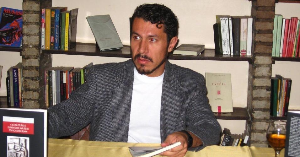 """Participante do """"BBB17"""", Rômulo é formado em jornalismo e tem dois livros publicados"""