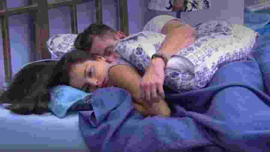 Marcos e Emilly dormem juntos - Reprodução/TV Globo