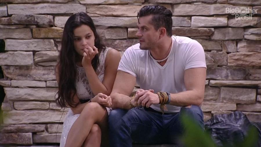 Emilly e Marcos conversam do lado externo da casa - Reprodução/TV Globo