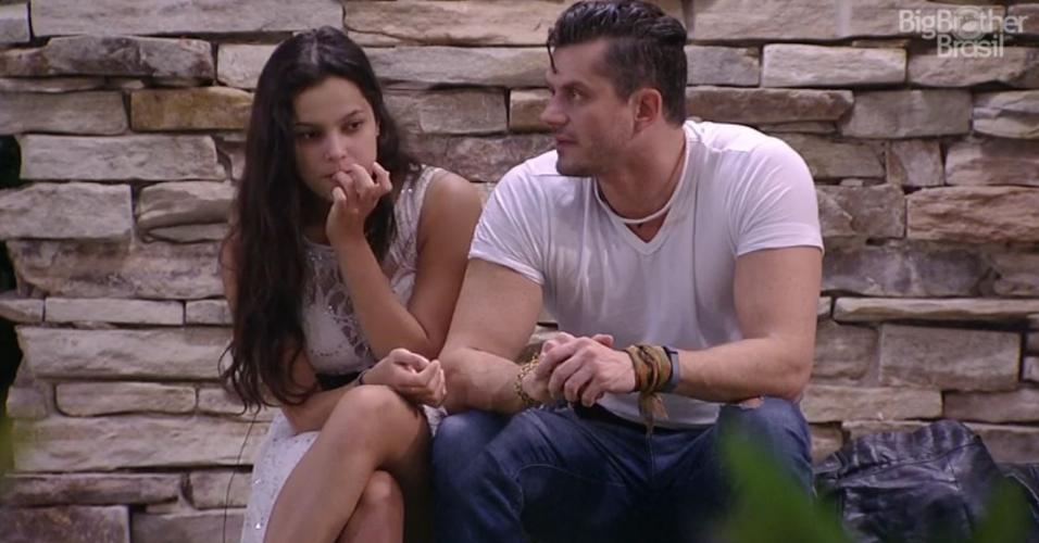 Emilly e Marcos conversam do lado externo da casa
