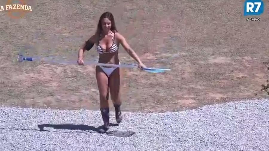 Nicole Bahls desfila de biquíni pela área externa - Reprodução/R7