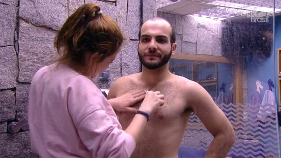 Mahmoud depila peitoral com a ajuda de Ana Clara - Reprodução/ Globoplay