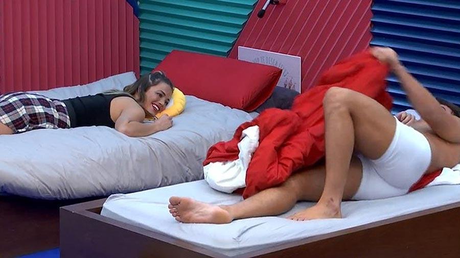 """Antônio flerta com Alyson no """"Gran Hermano"""" - Reprodução/TeleCinco"""