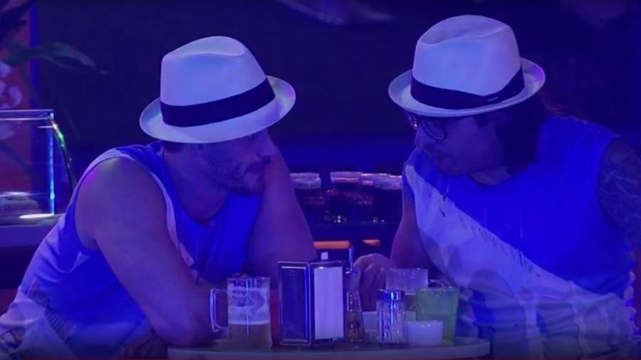 Marcos e Ilmar conversam durante a madrugada; médico revela para o amigo orientação que supostamente recebeu no confessionário - Reprodução/TVGlobo