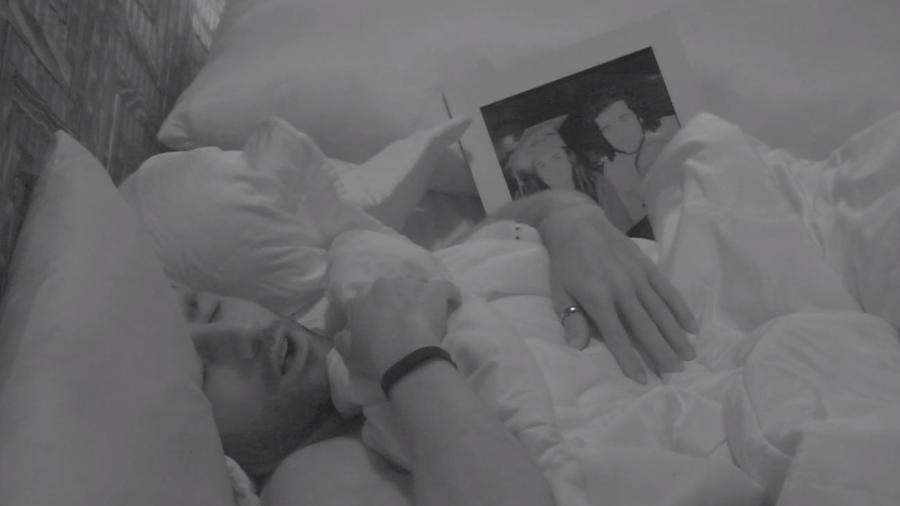 Kaysar dorme vendo foto de sua família - Reprodução/Gshow