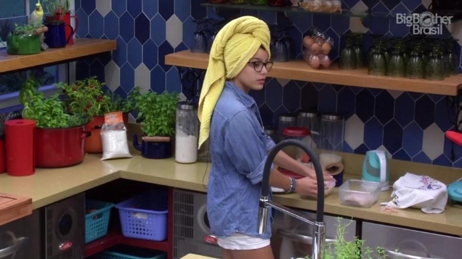 Emilly diz para Marcos pedir copo de água para Vivian - Reprodução/TV Globo