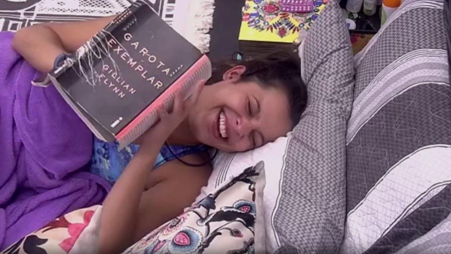 Emilly gargalha e fala sozinha no quarto preto - Reprodução/TV Globo