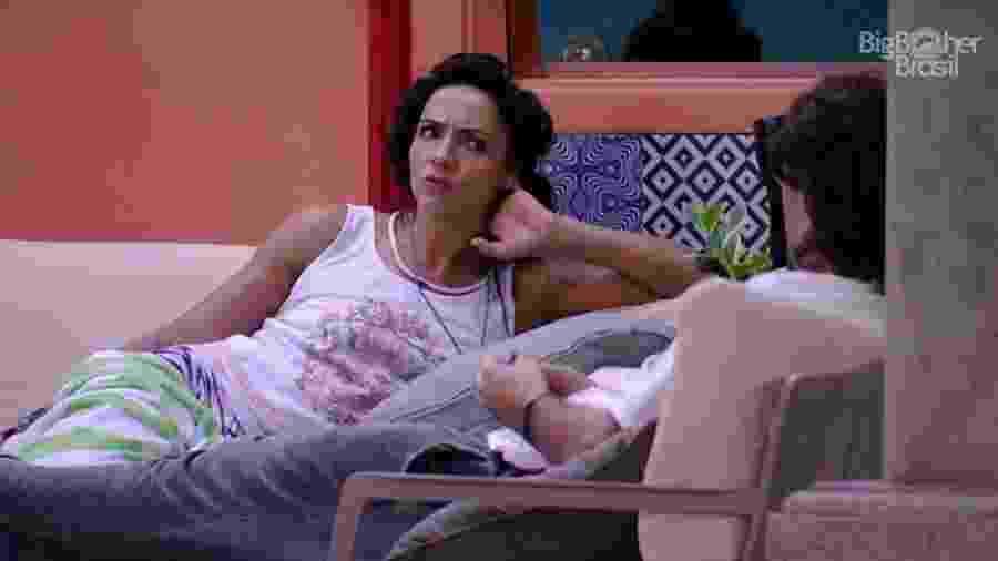 Marinalva conversa com Ilmar na área externa da casa - Reprodução/TV Globo