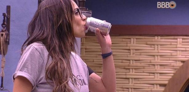 Paula toma cerveja no quarto do líder