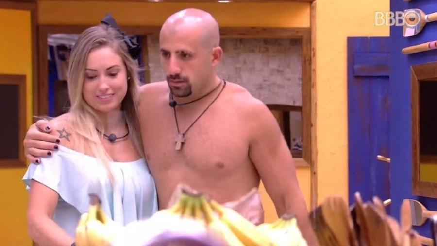 Jéssica e Kaysar conversam na cozinha da casa - Reprodução/Globoplay