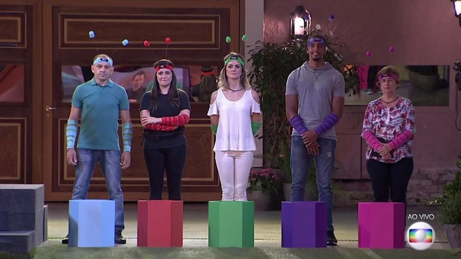 Volnei (pai de Emilly), Tanara (filha de Ieda), Caroline (irmã de Marcos), Robert (filho de Marinalva) e Vera (mãe de Vivian) - Reprodução/TV Globo
