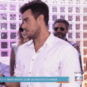 """6.abr.2016 - Matheus explica para Joaquim Lopes que Cacau preferiu ficar com a família e não foi à festa dos brothers. """"Você sentiu falta dela?"""", provocou o repórter do """"Vídeo Show"""" - Reprodução/ TV Globo"""