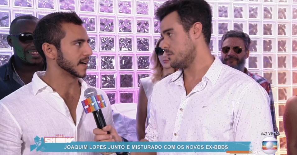 6.abr.2016 - Matheus explica para Joaquim Lopes que Cacau preferiu ficar com a família e não foi à festa dos brothers.