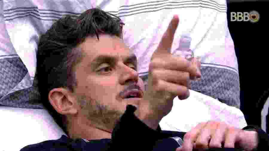 Marcos se revolta com Emilly durante festa Emoções - Reprodução/TV Globo