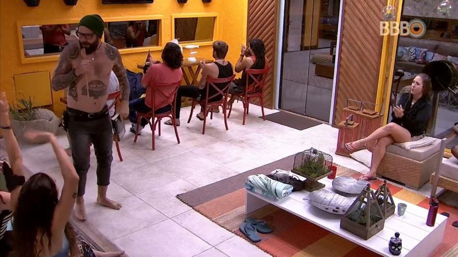 """Participantes do """"BBB18"""" brincam de """"The Voice Brasil"""" - Reprodução/GlobosatPlay"""