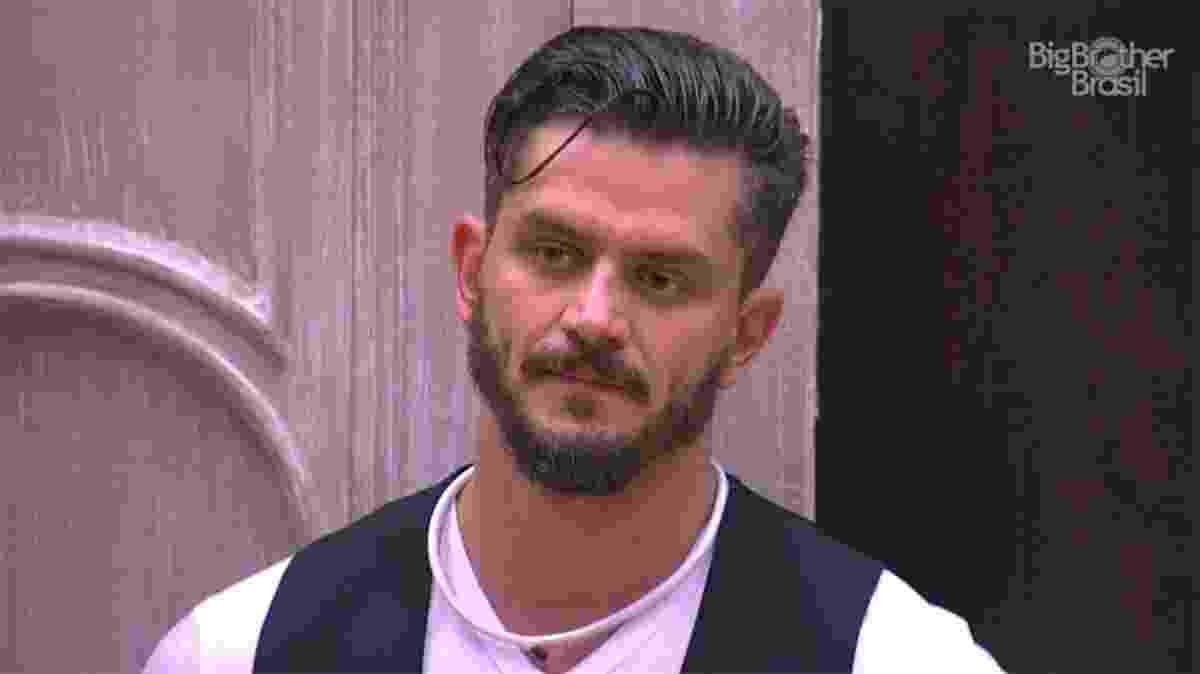 Marcos vai ao quarto do líder para pedir desculpas para os brothers - Reprodução/TV Globo