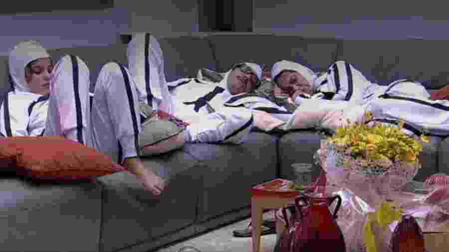 Emilly lê enquanto colegas de castigo dormem - Reprodução/TV Globo