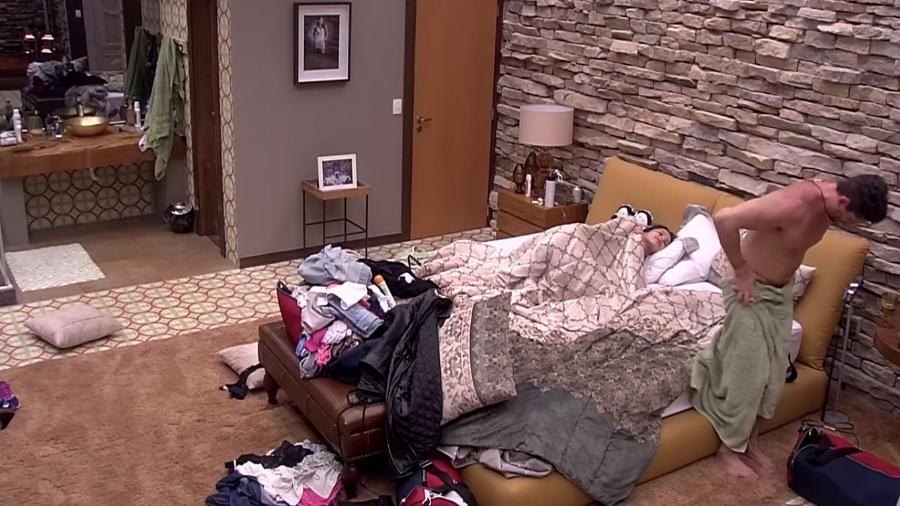 Marcos mostra demais ao se trocar no quarto do líder - Reprodução/Gshow