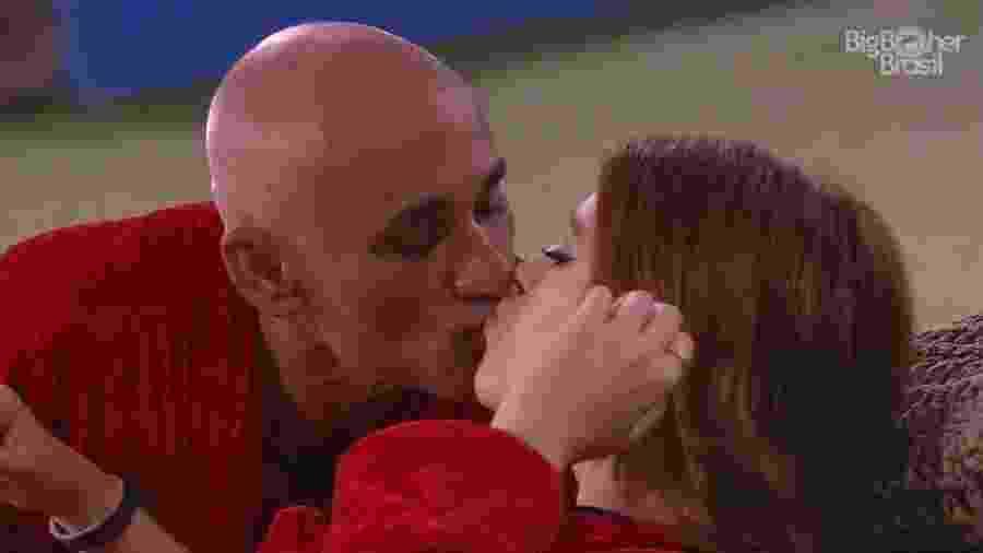 Ayrton beija a filha Ana Clara na área externa da casa  - Reprodução/GloboPlay