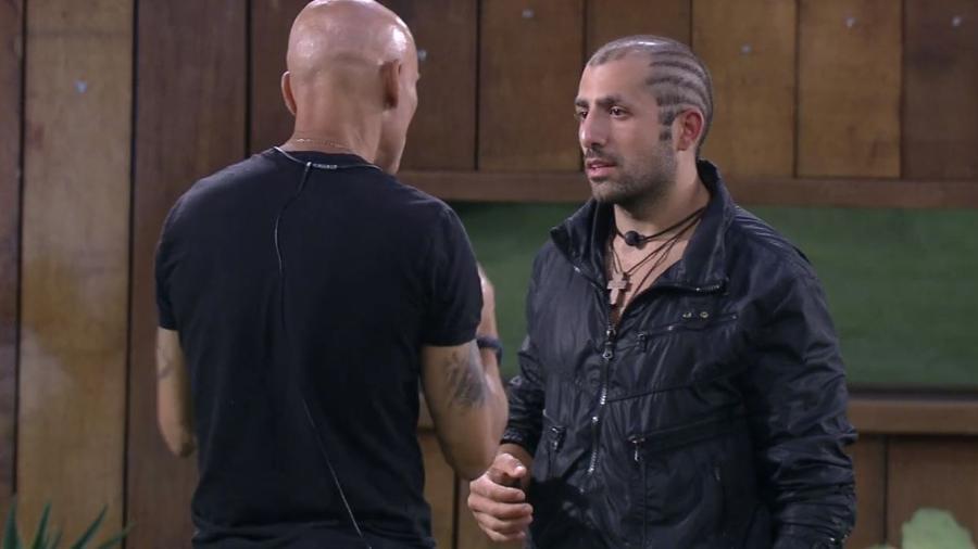 Ayrton e Kaysar conversam na área externa - Reprodução/GlobosatPlay