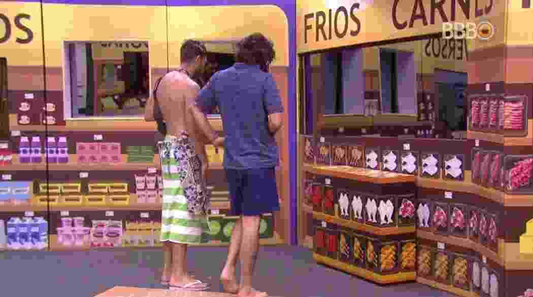 """Brothers do grupo """"Tá com tudo"""" vão às compras - Reprodução/TVGlobo"""