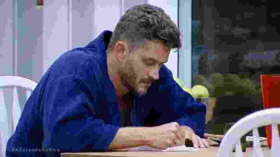 Marcos Harter treina depoimento para Yuri - Reprodução/R7