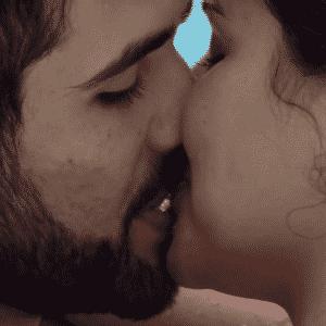 """20.mar.2016 - Munik e Laham se beijam na piscina do """"BBB16"""" - undefined"""