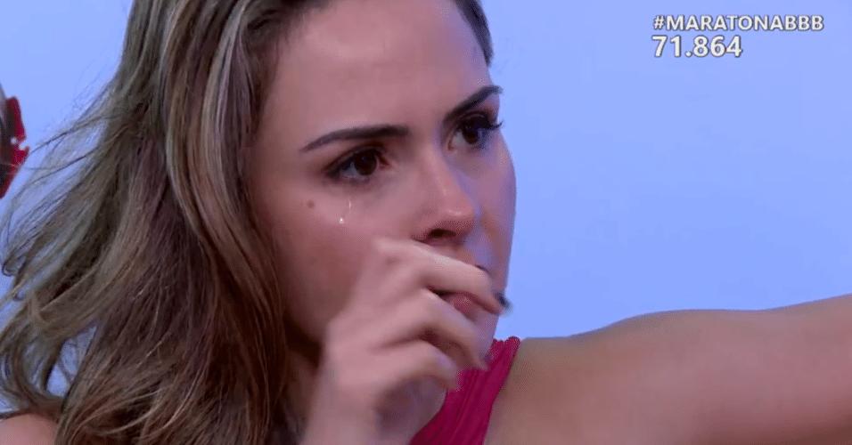 6.abr.2016 - Ana Paula se emociona ao ver imagens de Ronan no