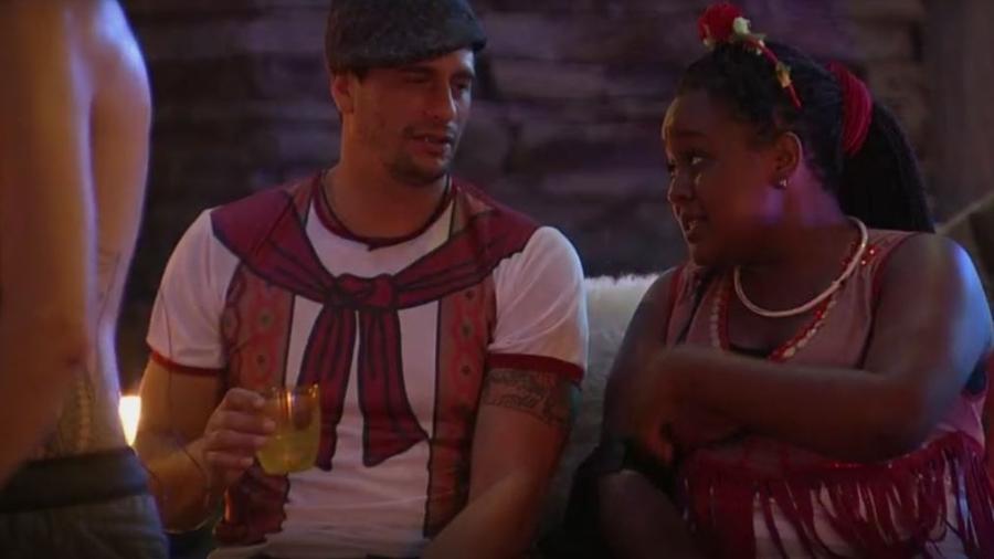 Roberta insinua para Daniel que Marcos está de olho em Vivian - Reprodução/TVGlobo