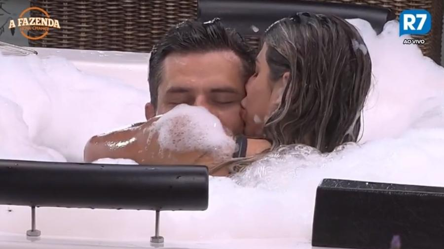 Marcos e Ana Paula Minerato na hidromassagem da casa - Reprodução/R7