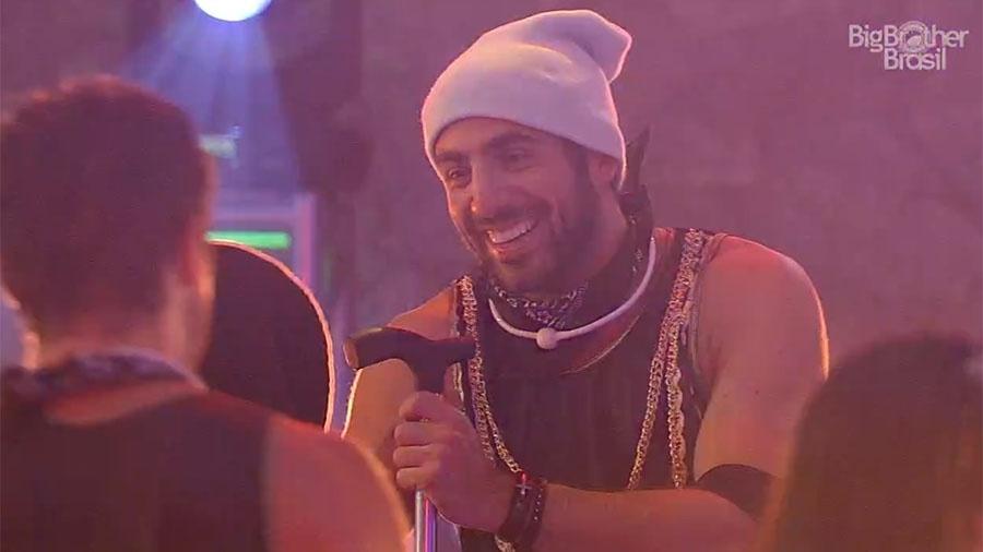"""Kaysar curte a festa """"Funk"""" sentado por causa de lesão no pé - Reprodução/GloboPlay"""