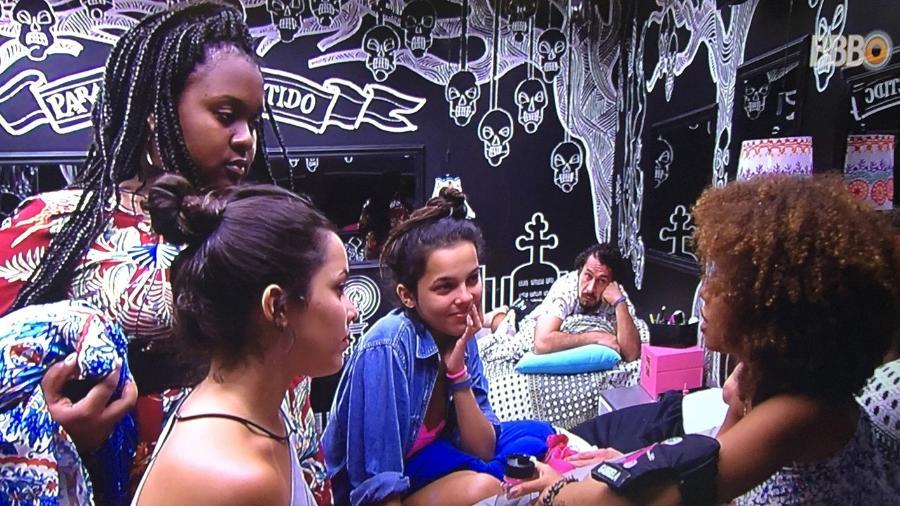 Gabriela conversa com Roberta, Emilly e Mayla enquanto Rômulo assiste - Reprodução/TV Globo