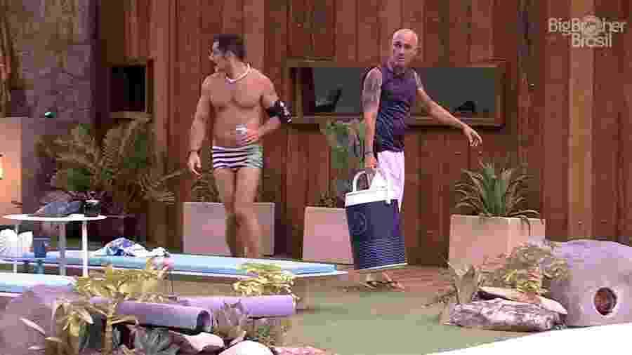 """Kaysar e Ayrton arrumam a área externa da casa do """"BBB18"""" - Reprodução/GloboPlay"""