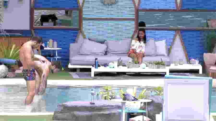 """Gleici conversa com Kaysar e Breno na piscina do """"BBB18"""" - Reprodução/GloboPlay"""