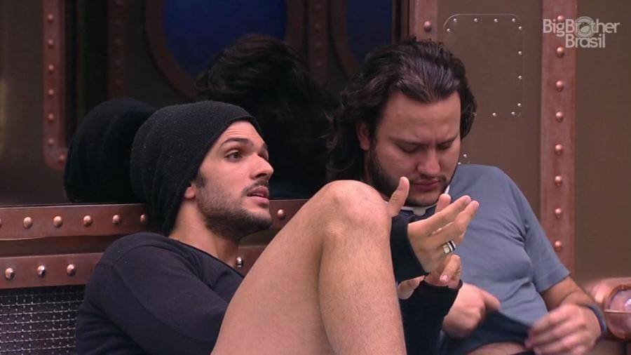 Diego e Lucas conversam no quarto submarino  - Reprodução/GloboPlay
