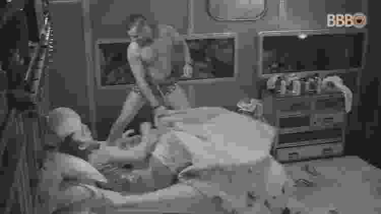 Kaysar descobre que Diego está deitado no lugar de Patrícia - Reprodução/GlobosatPlay - Reprodução/GlobosatPlay