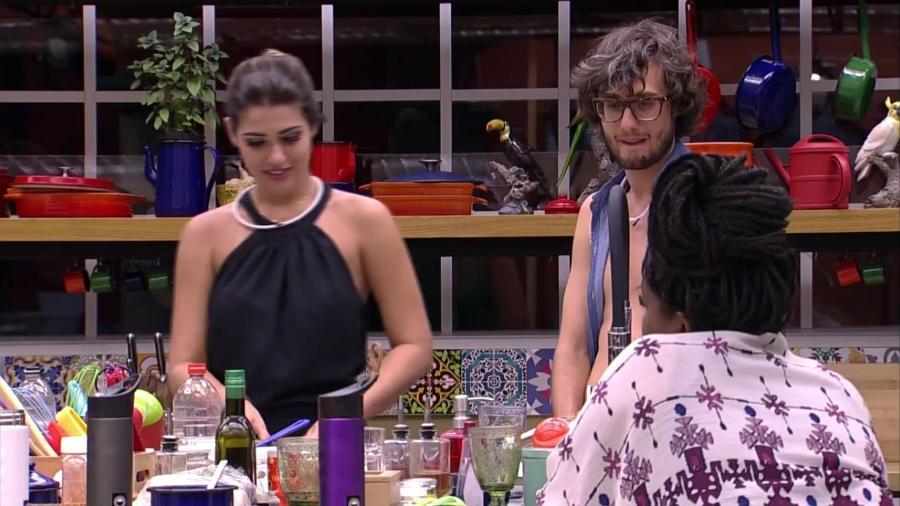 Pedro conversa com Vivian e Roberta sobre Emilly - Reprodução/TV Globo