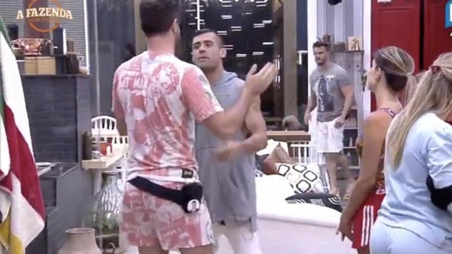 Marcelo Ié Ié dá dois tapas na cara de Yuri em brincadeira - Reprodução/R7