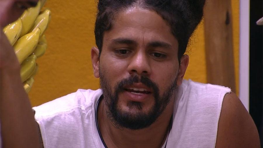 """Viegas conversa com brothers antes da festa """"Axé"""" - Reprodução/GloboPlay"""