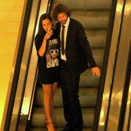 Ex-BBB Mayla é vista passeando com piloto em shopping no Rio - AgNews