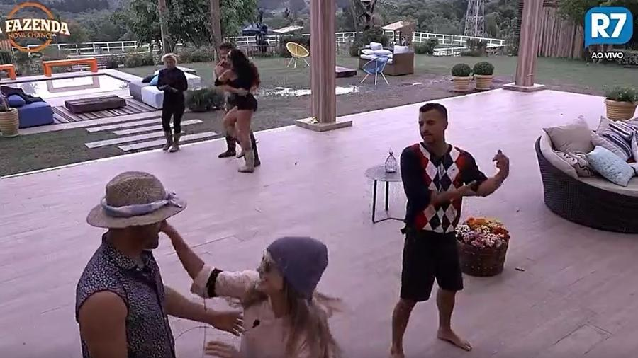 Peões treinam coreografia para atividade de dança - Reprodução/R7