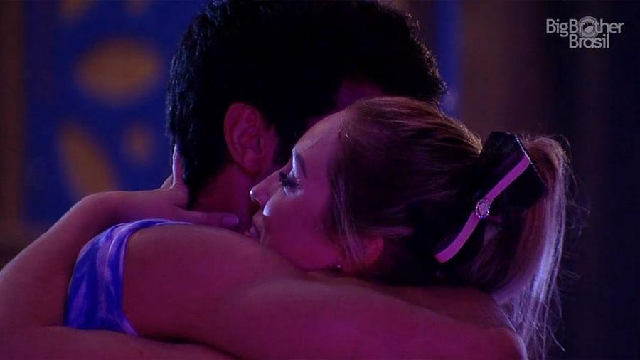 """Lucas e Jéssica se abraçam durante a festa """"Lollipop"""" do """"BBB18"""" - Reprodução/GloboPlay"""