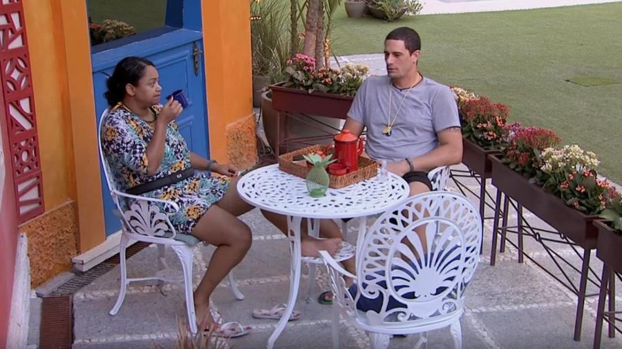 Elis e Daniel conversam enquanto tomam café - Do UOL, em São Paulo